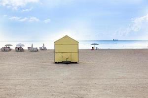 strandleven op het witte strand in Zuid-Miami