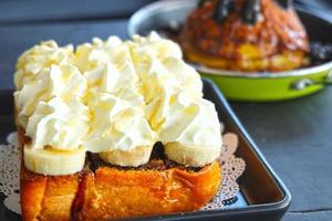 crema batida con tostadas al horno y plátano foto