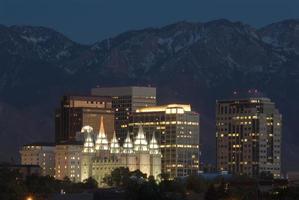Salt Lake City, Utah horizonte nocturno con el templo mormón foto