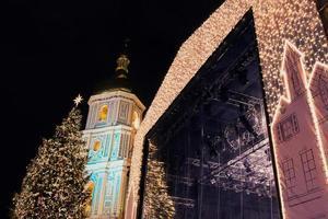 Catedral de Sofía y decoraciones de Navidad en la noche en Kiev Ucrania