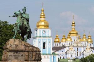 monumento de bogdan khmelnitsky frente a st. monaste de michael foto