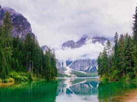 lago entre montañas foto