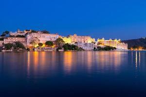 Stadtpalast in der Nacht, Udajpur, Rajasthan, Indien.