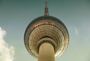 famosa torre de televisión ubicada en la plaza alexanderplatz en berlín, alemania foto