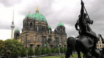 Torre de televisión estatua de la catedral en Berlín foto