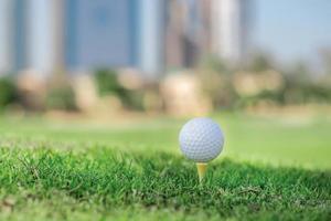 El mejor día para jugar al golf. la pelota de golf está en tee foto