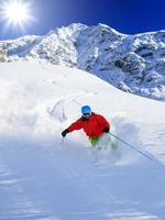 freeride dans la neige poudreuse fraîche - homme ski downhi