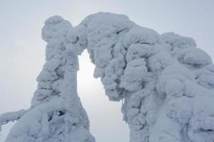 paisaje de invierno y cruz de madera con nieve helada