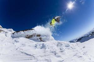 skieur en haute montagne