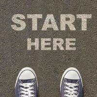 par de sapatos de pé em uma estrada com o conceito de negócio