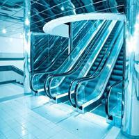escalera mecánica futurista