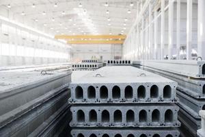 pila di lastre di cemento armato in un'officina di fabbrica di edilizia