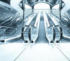 salão de negócios com escadas rolantes de fuga azuis