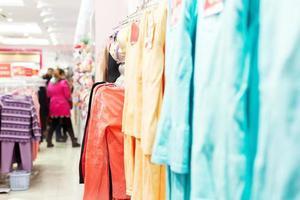 interior de la tienda de ropa de moda foto