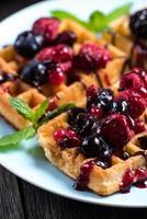 desayuno dulce, gofres con frutas del bosque foto