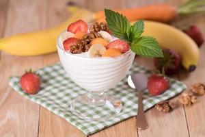 yogurt con fresas y plátano zanahoria y nuez