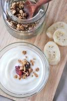 au-dessus d'un bol de yaourt avec granola