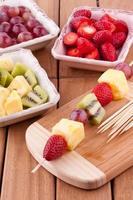 brocheta de frutas foto