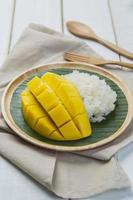 dessert riz gluant sucré au lait de coco mangue
