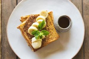 tostadas francesas con bananas frescas foto