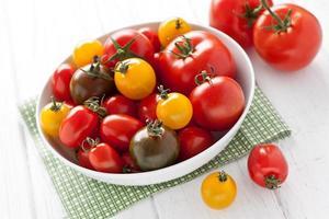 plato con tomates coloridos foto
