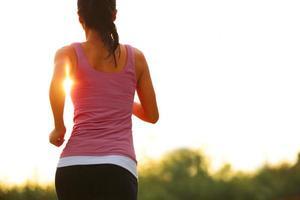 courir sous le lever du soleil