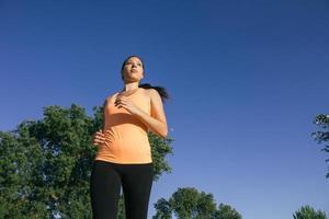 mulher correndo ao pôr do sol