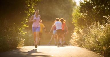 jovem mulher correndo ao ar livre