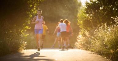 mujer joven corriendo al aire libre