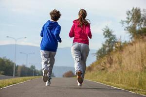 jóvenes corriendo al aire libre foto