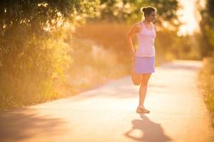 mujer joven corriendo al aire libre foto