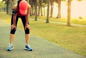 mujer cansada corredor descansar después de correr duro