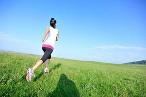 atleta corredor corriendo en pastizales