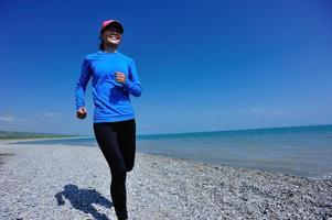 atleta corredor correndo na beira-mar