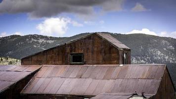 Cabaña oxidada de minería de oro de Colorado