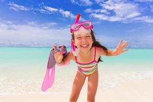 niña de snorkel en la playa foto