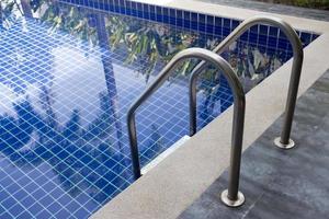 piscina con escalera foto