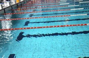 piscina con agua azul y los carriles de natación foto