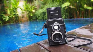 cámara al lado de la piscina foto