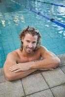 Retrato de un nadador en forma en la piscina foto