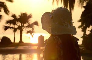 hermosa dama sombrero de playa grande foto