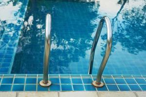 escalera de barandilla de natación foto