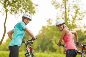 dos mujeres ciclistas caucásicas