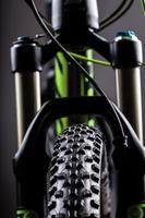 primer plano de un tenedor de resorte de bicicleta de montaña foto