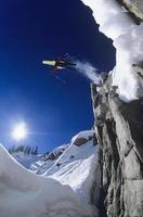 Skifahrer springen von Bergklippe