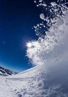 esquiador en altas montañas foto