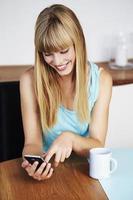 donna che manda un sms sul telefono