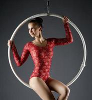 Retrato de hermosa bailarina posando en aro aéreo foto