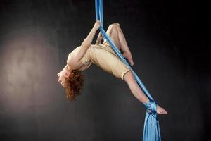 linda garota treinando em seda aérea