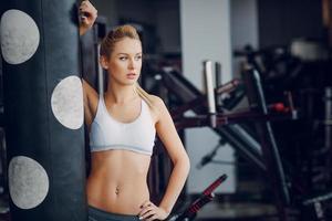 hermosa rubia haciendo ejercicios de gimnasio